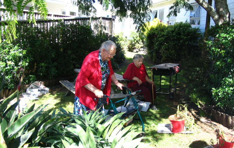 Cairnfield House residents outside in the yard.